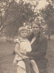 Eugenija Sakalauskienė su dukrele Ieva Piniavoje. Apie 1930 m. Nuotrauka iš Panevėžio apskrities G. Petkevičaitės-Bitės viešosios bibliotekos Aleksandro Sakalausko ir Ievos Sakalauskaitės-Pocienės skaitmeninio archyvo