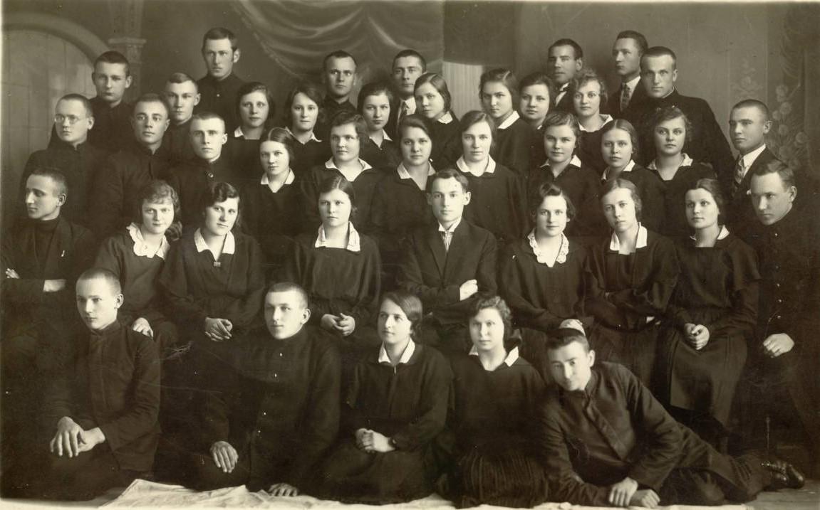 Panevėžio mokytojų seminarijos IV-o kurso moksleiviai su mokytoju Juozu Mičiuliu. Panevėžys, 1929.06.07. PAVB F116-62