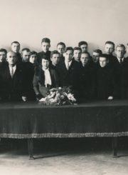 JAV lietuvių lakūnas Feliksas Vaitkus su žmona su Panevėžio valstybinės gimnazijos direktoriumi Jurgiu Elisonu, mokytoju Venantu Morkūnu ir 8-os klasės moksleiviais. 1935.10.16. Panevėžio apskrities Gabrielės Petkevičaitės-Bitės viešoji biblioteka, Laimos Rapšytės fondas F70-782