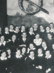 Transatlantinis lakūnas Feliksas Vaitkus su Panevėžio mokytojų seminarijos IV-o kurso choristėmis ir pedagogais Šaulių teatre. 2-oje eilėje sėdi iš kairės: 1-as pedagogas, muzikas Mykolas Karka, 3-ia poetė, Panevėžio mergaičių gimnazijos mokytoja Salomėja Nėris, 4-as Feliksas Vaitkus, 5-a pedagogė, Panevėžio mergaičių gimnazijos direktorė Marija Giedraitienė, 6-a pedagogė, Panevėžio mergaičių gimnazijos dir. pavaduotoja Honorata Jasaitytė; viršutinėje eilėje stovi Panevėžio pradžios mokyklos Nr. 1 vedėjas Stasys Janauskas. Panevėžys. 1935.10.16. Panevėžio apskrities Gabrielės Petkevičaitės-Bitės viešoji biblioteka, Leono Kuodžio fondas F58-138