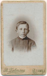 Povilas Šidlauskas vaikystėje. Fotogr. B. Zatorski. Šiauliai. Apie 1900 m. Nuotrauka iš Kristupo Šidlausko asmeninio archyvo