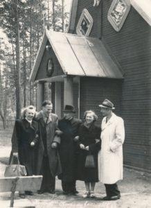 Kulautuvos Švč. Mergelės Marijos vardo bažnyčios altaristas kunigas Povilas Šidlauskas (centre) su neidentifikuotais asmenimis prie bažnyčios. 1955.05.22. Nuotrauka iš Kristupo Šidlausko asmeninio archyvo