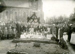Panevėžio vyskupijos vyskupo Kazimiero Paltaroko vizitacija Salake. Kunigų eilėje iš kairės: stovi kun. Konstantinas Šimašis, 2-as sėdi kun. Povilas Šidlauskas, 4-as vysk. Kazimieras Paltarokas, 5-as kun. Petras Strelčiūnas. 1927 m. Nuotrauka iš Panevėžio vyskupijos kurijos archyvo