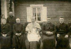 Panevėžio vyskupijos vyskupo Kazimiero Paltaroko vizitacija Salake. 1-oje eilėje iš kairės: 1-as Panevėžio vyskupijos kurijos kancleris kun. Povilas Šidlauskas, 3-ias vysk. Kazimieras Paltarokas, 4-as kun. Petras Strelčiūnas, 5-as kun. Konstantinas Šimašis. 1927 m. Nuotrauka iš Panevėžio vyskupijos kurijos archyvo