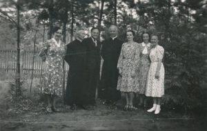 Berčiūnų vasarvietėje. Iš kairės: 2-as kan. Povilas Šidlauskas, 3-ias inžinierius Juozas Barisas, 4-as vysk. Kazimieras Paltarokas, 6-a pedagogė Sofija Barisienė. XX a. 4 deš. Nuotrauka iš Kristupo Šidlausko asmeninio archyvo
