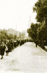 Kunigo Povilo Šidlausko laidotuvių eisena. Panevėžys. 1973.05.24. Nuotrauka iš Kristupo Šidlausko asmeninio archyvo
