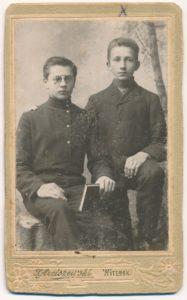 Povilas Šidlauskas (dešinėje) su draugu Vitebske, kur gyveno ir mokėsi globojamas dėdės kun. Ignoto Rudžio. Fotogr. S. Arciszewski. 1909 m. Nuotrauka iš Kristupo Šidlausko asmeninio archyvo