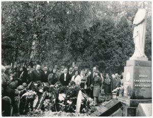 Kunigo Povilo Šidlausko laidotuvės Panevėžio Kristaus Karaliaus katedros kapinėse. Prie kapo iš kairės stovi: 1-as Antanas Šidlauskas (Jonas Jonaitis), 2-as Jonas Šidlauskas; iš dešinės: 2-as Juozas Šidlauskas. Panevėžys. 1973.05.24. Nuotrauka iš Kristupo Šidlausko asmeninio archyvo