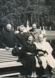 Kulautuvos Švč. Mergelės Marijos vardo bažnyčios altaristas kunigas Povilas Šidlauskas (2-oje eilėje kairėje) su neidentifikuotais asmenimis Kulautuvoje (Kauno r.). 1955 m. Nuotrauka iš Kristupo Šidlausko asmeninio archyvo