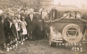 Panevėžio vyskupijos vyskupo Kazimiero Paltaroko vizitacija Skapiškyje. Stovi iš kairės: Panevėžio vyskupijos kurijos kancleris kun. Povilas Šidlauskas, vysk. Kazimieras Paltarokas, kun. Matas Kirlys. 1929 m. Nuotrauka iš Panevėžio vyskupijos kurijos archyvo