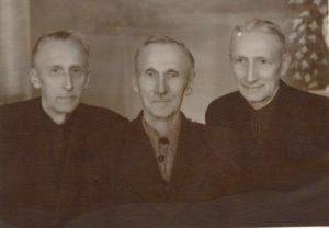 Kanauninkas Povilas Šidlauskas su broliais. Iš kairės: Ignas, Juozas ir Povilas Šidlauskai. XX a. 6 deš. pab. Nuotrauka iš Kristupo Šidlausko asmeninio archyvo