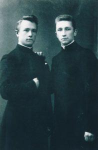 Žemaičių kunigų seminarijos auklėtiniai Povilas Šidlauskas ir Juozas Koncevičius. Kaunas. Apie 1912 m. Nuotrauka iš Panevėžio vyskupijos kurijos archyvo