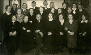 Šv. Vincento draugijos Panevėžio skyriaus suaugusiųjų konferencijos nariai. 1-oje eilėje iš kairės Draugijos valdybos nariai: 3-ias Juozas Masiulis, 4-a Marija Rusteikaitė. Panevėžys. Apie 1933 m. Nuotrauka iš Panevėžio vyskupijos kurijos archyvo