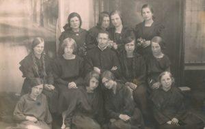 """Jurbarko """"Saulės"""" progimnazijos kapelionas kunigas Povilas Šidlauskas su gimnazistėmis. Apie 1922–1924 m. Nuotrauka iš Kristupo Šidlausko asmeninio archyvo"""