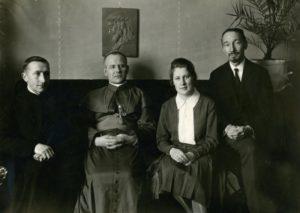 Panevėžio vyskupijos vyskupas Kazimieras Paltarokas su filosofu Stasiu Šalkauskiu, jo žmona Julija Paltarokaite-Šalkauskiene ir kanauninku Povilu Šidlausku. 1927.12.28. Nuotrauka iš Panevėžio vyskupijos kurijos archyvo