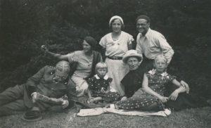 Išvykoje su Zbignevo ir Elenos Vidugirių šeima. 1-oje eilėje iš kairės: miškininkas Zbignevas Vidugiris, Elena Vidugirytė (vėliau Urbonienė), kan. Povilas Šidlauskas ir Liudvika Vidugirytė (vėliau Arbačiauskienė). 2-oje eilėje iš kairės: ?, Elena Vidugirienė, inžinierius Juozas Barisas. [Vepriai (Ukmergės r.)]. 1934 m. Nuotrauka iš Kristupo Šidlausko asmeninio archyvo