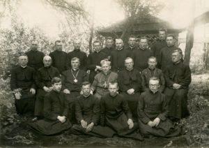 Panevėžio vyskupijos vyskupo Kazimiero Paltaroko vizitacija Vaškuose. 2-oje eilėje iš kairės: 4-as vysk. Kazimieras Paltarokas, 6-as Panevėžio vyskupijos kurijos kancleris kan. Povilas Šidlauskas, 7-as kun. Antanas Vaitiekūnas (?); 3-ioje eilėje iš kairės: 3-ias kun. Jurgis Danys. Fotogr. J. Matuzevičiaus. 1929.08.16. Nuotrauka iš Panevėžio vyskupijos kurijos archyvo