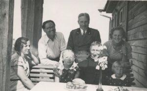 Su Zbignevo ir Elenos Vidugirių šeima. 1-oje eilėje sėdi iš kairės: Elena Vidugirienė, Liudvika Vidugirytė (vėliau Arbačiauskienė), kan. Povilas Šidlauskas, Elena Vidugirytė (vėliau Urbonienė). 2-oje eilėje stovi iš kairės: inžinierius Juozas Barisas, miškininkas Zbignevas Vidugiris. Vepriai (Ukmergės r.). 1934.08.20. Nuotrauka iš Kristupo Šidlausko asmeninio archyvo