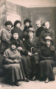 """Jurbarko """"Saulės"""" progimnazijos kapelionas kunigas Povilas Šidlauskas ir mokytojas Juozas Giedraitis su gimnazistėmis. Apie 1923 m. Nuotrauka iš Kristupo Šidlausko asmeninio archyvo"""
