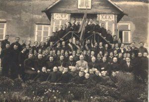 Linkuvos ateitininkų kuopa per metinę šventę su dvasininkais. 2-oje eilėje sėdi iš kairės: 3-ias kun. Alfonsas Lipniūnas, 4-as kun. Povilas Šidlauskas, 5-as kun. Mykolas Karosas, 6-as vysk. Kazimieras Paltarokas, 7-as kun. Liudvikas Šiaučiūnas, 8-as kun. Zenonas Karečka, 9-as kun. Jurgis Danys. Linkuva. 1931.05.19. Nuotrauka iš Panevėžio vyskupijos kurijos archyvo