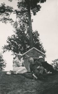 Veprių kalvarijos. 1-oje eilėje iš kairės: Elena Vidugirienė, Zbignevas Vidugiris, kan. Povilas Šidlauskas. 1934 m. Nuotrauka iš Kristupo Šidlausko asmeninio archyvo