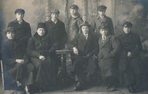 """Jurbarko """"Saulės"""" progimnazijos kapelionas kunigas Povilas Šidlauskas ir mokytojas Juozas Giedraitis su gimnazistais. Apie 1923 m. Nuotrauka iš Kristupo Šidlausko asmeninio archyvo"""