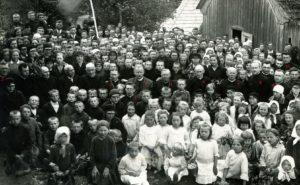 Linkuvos pavasarininkai su dvasininkais. Nr. 1: kun. Alfonsas Lipniūnas, nr. 2: kun. Antanas Vaitiekūnas, nr. 3: kun. Povilas Šidlauskas, nr. 4: Panevėžio vyskupijos vysk. Kazimieras Paltarokas, nr. 5: kun. Liudvikas Šiaučiūnas, nr. 6: Kazimieras Kriščiūnas, nr. 7: kun. Juozapas Liubšys, nr. 8: kun. Jurgis Danys, nr. 9: kun. Antanas Grigaliūnas, nr. 10: Vladas Požėla (iš Steigvilių). Linkuva. 1931.05.20. Nuotrauka iš Panevėžio vyskupijos kurijos archyvo