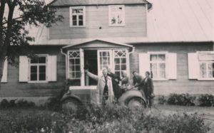 Viešnagė kunigo Povilo Šidlausko tėviškėje Puknioniuose (Linkuvos vlsč.). Iš kairės: 1-as kun. Povilas Šidlauskas, 2-as kun. Augustinas Liepinis, 4-as inžinierius Juozas Barisas, 5-a mokytoja Sofija Barisienė. 1935.08.25. Nuotrauka iš Kristupo Šidlausko asmeninio archyvo