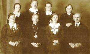 Tretininkų ordino Panevėžio skyriaus valdyba. 1-oje eilėje iš kairės: 2-as kan. Povilas Šidlauskas. Panevėžys. XX a. 4 deš. Nuotrauka iš Panevėžio vyskupijos kurijos archyvo
