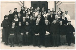 Tretininkų ordino Panevėžio skyriaus tretininkai su dvasininkais. 1-oje eilėje iš kairės 4-as kan. Povilas Šidlauskas. Fotogr. J. Žitkaus. Panevėžys. XX a. 4 deš. Nuotrauka iš Panevėžio vyskupijos kurijos archyvo