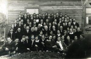 Pavasarininkų kursų dalyviai su dvasininkais. 2-oje eilėje iš kairės: 2-as kun. Antanas Juška, 4-as kan. Povilas Šidlauskas, 5-as vysk. Kazimieras Paltarokas, 7-as Petras Zalatorius. Panevėžys. 1931 m. Nuotrauka iš Panevėžio vyskupijos kurijos archyvo