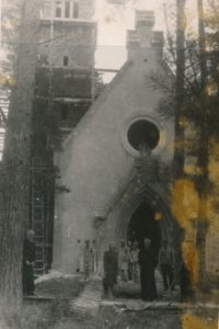 Berčiūnų Švč. Jėzaus Širdies bažnyčios statybos komiteto pirmininkas, Panevėžio katedros klebonas kan. Povilas Šidlauskas (centre) su talkininkais prie statomos bažnyčios. Apie 1943 m. Nuotrauka iš Kristupo Šidlausko asmeninio archyvo