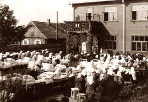 Kanauninkas Povilas Šidlauskas aukoja šv. Mišias senelių prieglaudos ligoninės kieme. Panevėžys. 1938 m. Nuotrauka iš Kristupo Šidlausko asmeninio archyvo