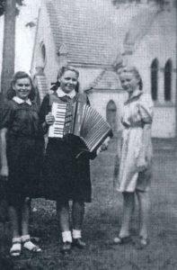 Merginos prie Berčiūnų bažnyčios. Apie 1943-1944 m. Iš: Viseckaitė-Skindzerienė, Zita. Berčiūnai. - Panevėžys. 2016. P. 101
