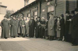 Panevėžio geležinkelio stotyje, išlydint vyskupą Kazimierą Paltaroką į Romą. Iš kairės: 4-as kPovilas Šidlauskas, 7-as vysk. Kazimieras Paltarokas; iš dešinės: 3-ias kun. Augustinas Liepinis. Panevėžys. 1938.05.22. Nuotrauka iš Kristupo Šidlausko asmeninio archyvo