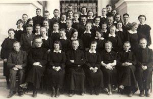 Panevėžio gimnazistai ateitininkai su dvasios vadovais kun. Alfonsu Sušinsku (2-as iš dešinės), kun. Povilu Šidlausku (centre) ir kun. Adolfu Stašiu (sėdi 2-as iš kairės). Fotogr. J. Žitkaus. 1938 m. Panevėžio kraštotyros muziejus, PKM 21922 F4693