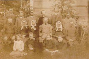 Rudžių ir Šidlauskų giminė. 1-oje eilėje iš kairės 2-as Povilas Šidlauskas. 2-oje eilėje iš kairės: 4-as P. Šidlausko senelis Jurgis Rudis, 5-a motina Emilija Rudytė-Šidlauskienė. 3-ioje eilėje iš kairės: 4-as P. Šidlausko dėdė kun. Ignotas Rudis, 6-as tėvas Julijonas Šidlauskas. Apie 1902 m. Nuotrauka iš Kristupo Šidlausko asmeninio archyvo