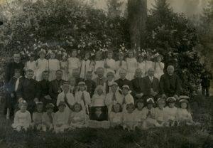 Panevėžio vyskupijos vyskupo Kazimiero Paltaroko vizitacija Pušalote. Dvasininkų eilėje iš kairės: 1-as kun. Matas Šermukšnis, 3-ias kan. Povilas Šidlauskas, 5-as vysk. Kazimieras Paltarokas, 6-as kun. Kazimieras Kriščiūnas. 1931 m. Panevėžio vyskupijos kurijos archyvas