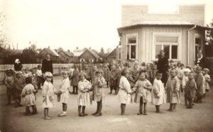 Šv. Vincento draugijos Panevėžio skyriaus išlaikomo F. Ozanamo vardo vaikų darželio (Šiaulių g. 13) vaikai. Panevėžys. [1939 m.]. Panevėžio vyskupijos kurijos archyvas