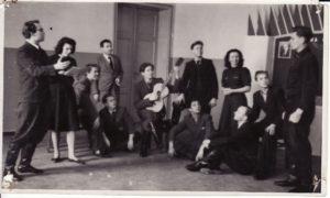 """Pirmojo spektaklio N. Pogodino """"Sidabrinis slėnis"""" repeticija, 1941 m. Režisierius Juozas Miltinis – kairėje. PAVB FJM-1019/27"""