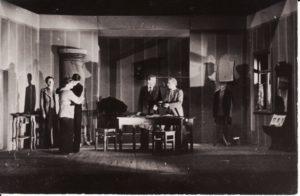 "K. Binkio ""Atžalynas"". Scena iš spektaklio. Scenografija Jono Surkevičiaus. PAVB FKV-78/8-1"