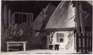 """Spektakliui """"Sidabrinis slėnis"""" scenografiją kūrė dailininkas Liudas Vilimas. Fotogr. Kazimiero Vitkaus. PAVB FJM-1019/28"""