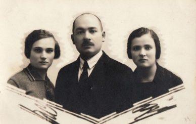 Adolfas Hokušas su žmona Vladislava ir žmonos pussesere Antanina Rudalevičiute-Urbiene. Nuotrauka iš Panevėžio kraštotyros muziejaus rinkinių