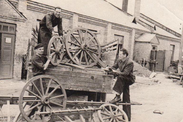 Panevėžio baldų fabriko darbininkai fabriko teritorijoje. 1954 m. Nuotrauka iš Panevėžio kraštotyros muziejaus rinkinių