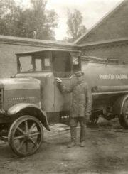 Panevėžio kalėjimo automobilis su vairuotoju. Nuotrauka iš Panevėžio kraštotyros muziejaus rinkinių