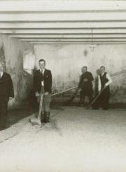Darbininkai gamybos proceso metu. XX a. 4 deš. Nuotrauka iš Panevėžio kraštotyros muziejaus rinkinių