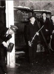 Alaus daryklos meistras Vincentas Todovianskis (stovi dešinėje) su darbininkais. Nuotrauka iš Panevėžio kraštotyros muziejaus rinkinių