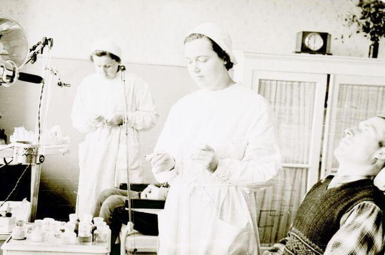 Panevėžio r. Naujamiesčio apylinkės stomatologijos kabinete. 1955 m. Fotogr. P. Aleksandravičius
