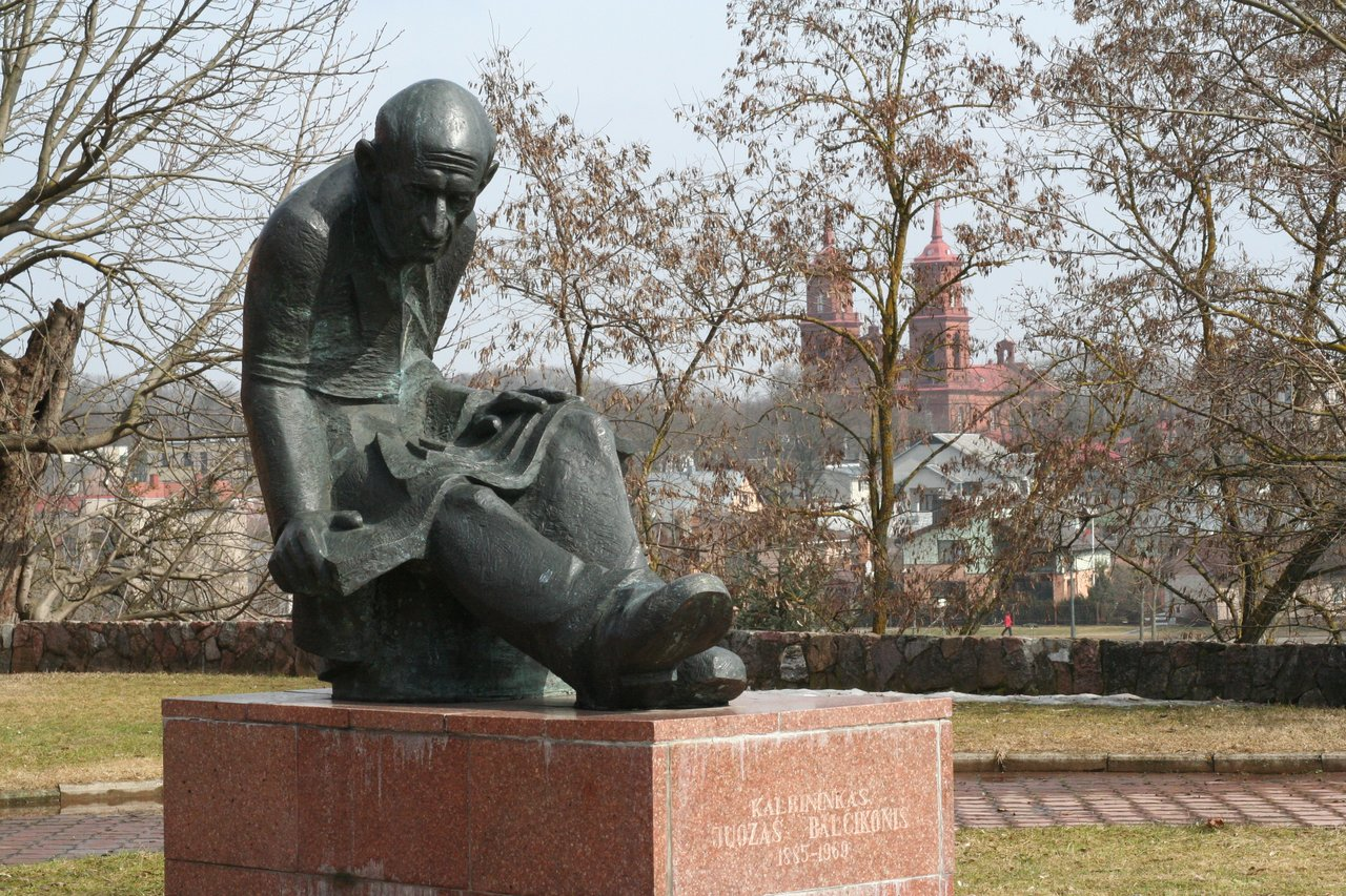 paminklas kalbininkui Juozui Balčikoniui