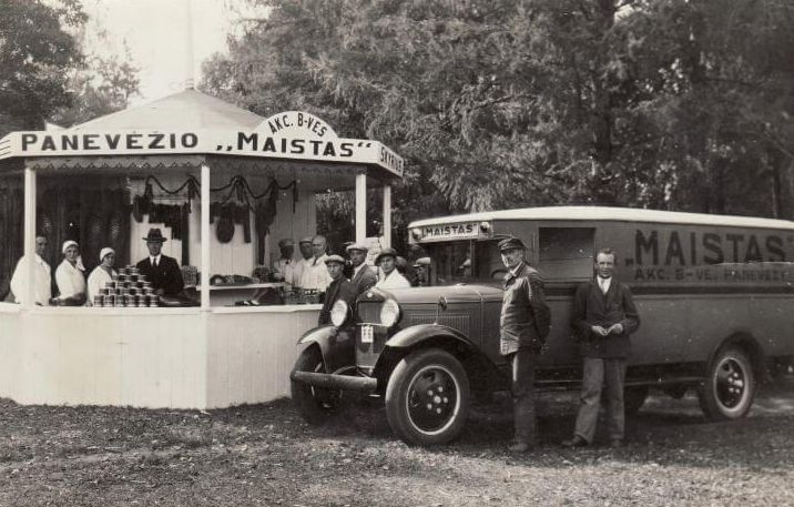 """Akcinės bendrovės """"Panevėžio maistas"""" automobilis. Nuotrauka iš Panevėžio kraštotyros muziejaus rinkinių"""